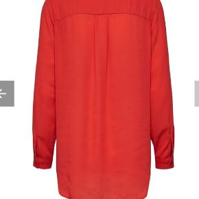 Rød bluse i model DYNELLA  - Loose fit - 100% Polyester - Lange ærmer - Knappestolpe - Længere på ryg - Let kvalitet, ikke gennemsigtig.  Sælger også i andre farver, samme model.