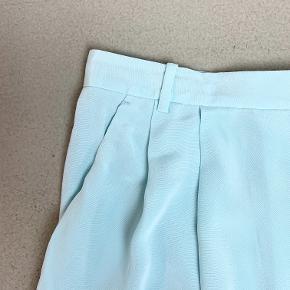 By Malene Birger lyseblå shorts med lommer i silke-agtigt materiale (ved ikke om det er silke - der står ikke hvad det er)