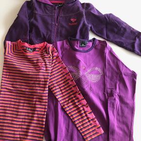Lille kasse bestående af:  Lilla hættetrøje og to matchende bluser - den ene i samme farve som hætten i trøje og med hals- og ærmekant i samme farve som trøjen - den anden i stribemønster med gul, rød, lilla og mørkere lilla.  Prisidé dkk 75,00 - kom gerne med et seriøst bud :-)  Forsendelse med DAO dkk 36,95