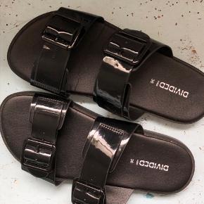 Look a like latex/skinnende sko, i en str 36.  Nypris 200
