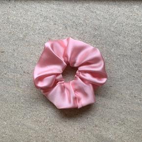 Fin scrunchie i lyserød satin 💓