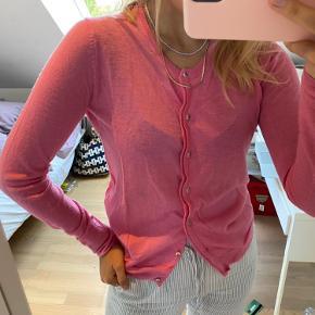 Stella Nova cardigan, som også kan bruges som en trøje i pink  Str S