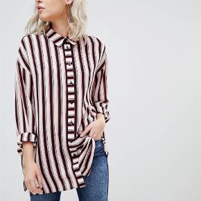 Fed skjorte fra ASOS.  Helt ny,  stadig med mærke.  Foretrækker at mødes og handle i Kbh K. men sender også gerne med post (pris 37,-)  Langærmet Farve: Multi