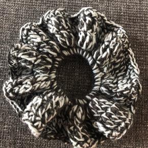 Hæklet scrunchie.  XL.  Denne er lavet med 100% polyester garn. Garnet er lavet ud af genbrugsflasker.  Sort og dusty blå.  1 stk 15kr  2 stk 25kr 3 stk 35kr
