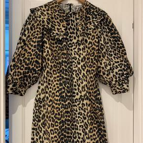 Super fin ganni leopardkjole med stor krave. Str. 38. Synes den er lidt lille i størrelsen- jeg er normalt en str 36 i ganni.  Standen er som ny  Bytter ikke☺️