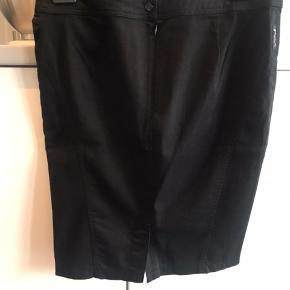 Sælger denne klassiske nederdel fra kendte Armani som aldrig er brugt :-) størrelsen er EU 46 men italienske mærker er små, så vil sige den passer til 40-42 :-) 98 % bomuld og 2 % stæk.