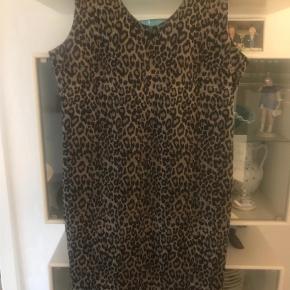 Varetype: Kjole til knæ  Farve: Leopard Oprindelig købspris: 999 kr.  Flot kjole - se  den  flotte detalje på ryggen med bånd over og lynlås. Virkelig en velsiddende kjole - desværre et nr for lille til mig.  Brystvidde 2 x 50 cm længde 98 cm - super flot fest kjole - og hvis det er til mere hverdagsting flit med blazer el cardigan