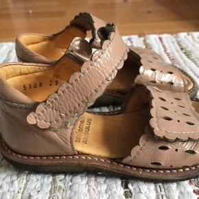 Så fine sandaler i mørk rosa - læder lak- str. 23, brugte men i fin stand, ingen slid eller lignende.