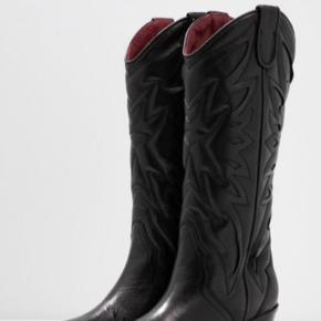 Super lækre boots i ægte skind. Prøvet et par timer og kan desværre ikke gå i dem. Nye støvler fra Bronx.  Nypris 1800 kr. Bytter ikke.