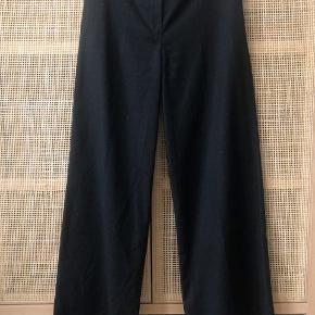 Flotte wide leg suit bukser med fine små hvide prikker.   Viskose og bomuld
