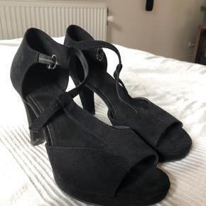 """Enkelt """"slidmærke"""" på siden af højre sko."""