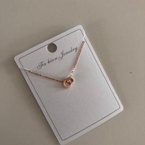 Forgyld med Rose guld halskæde i sin originalt pakke. Aldrig brugt