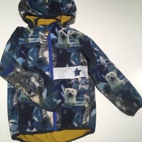 Softshell jakke - med aftagelig hætte og reflekser.   Kan også sendes mod betaling af Porto 😊