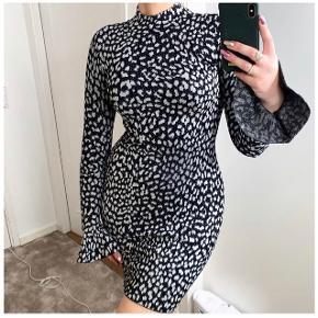 Kan også passes af en str. S (der står xs i kjolen men der er god stretch)  Egen kjole er billede 1 & 2  • 47% nylon, 44% viscose, 6% metallic, 3% elastane
