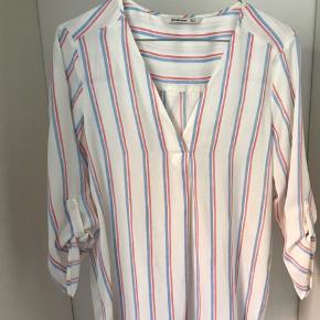 Stribet løs skjorte i polyester.