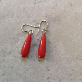 Smukke øreringe med rød jade sten. Ubrugte. Længde inkl krog 3,5 cm Forsendelse 35 kr forsikret m DAO