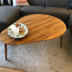 """Dråbeformet sofabord fra Ilva i olieret eg, modellen hedder """"Fano"""". Fejler intet, har ingen synlige ridser eller mærker og står i et ikke-ryger hjem. Er blevet passet på og plejet jævnligt med olie (resten af olien fås med). Afhentes i Køge, betaling via Mobilepay når bordet hentes. Nypris er 2.500,-"""