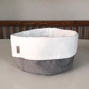 Helt ny og ubrugt brødkurv fra Stelton. Den kan bruges til meget forskelligt, fx brød eller hårprodukter. Den er vendbar (se billeder)  Fragt betales af køber:)