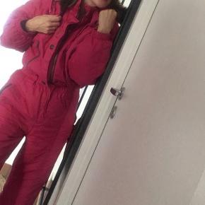 Sej retro skidragt i lyserød, der er en hætte man kan kappe på også!