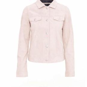 Josephine suede jakke str m i lys rosa er en sommer udgave af MEOTINE. Stilen er lavet med patchlommer på brystet, lange knap ærmer og knapper fastgørelser gennem fronten.  - Blødt 100% ægte suede læder. Nypris: 1500 kr. Sælges for 340kr plus porto