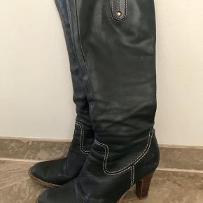 Super fede læderstøvler i sort, som passer til alt 😊 de bliver lukket på indersiden med lynlås 👍🏻 NB: har også en masse andre spændende annoncer ☺️