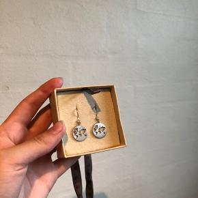 Vildt søde Bybiehl øreringe i sølv med sten. Byd gerne