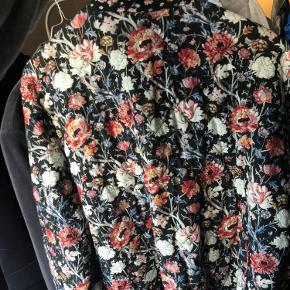 Sælger denne smukke overgangsjakke fra Zara. Jakken er aldrig brugt men mærket er taget af. Bytter ikke