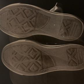 Fede converse sko, brugt meget få gange, har stadig mange gode år på bagen, og er klar til sommerens festivaler 😉