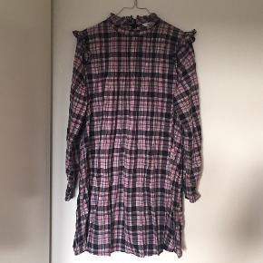 Endonna kjole fra Envii i str. xs. Den er fra november sidste år, kvittering haves stadig. Den har ingen huller eller andet, og er i super fin stand stadig.  Trænger til at blive strøget, da den har ligget i en pose længe.