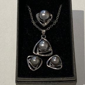 Smykkesæt med øreringe, ring og halskæde i sølv med grå perler. Ikke ægte. Har aldrig været brugt.  FAST PRIS