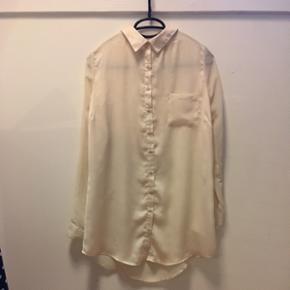 Fin skjorte i lys champagne hvid. Silke look foran og gennemsigtigt stof på ryggen. Brugt få gange og fra Australien.