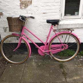 Fin lyserød cykel🌸 Gearene skal smøres og måske skiftes, men ellers kører den som en drøm og har fået nye dæk i 2016 🌞