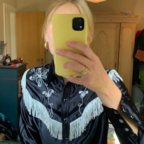 🖤 Den fedeste cowboy skjorte 🖤  🍒 Str 32, svarer til str. S 🍒 Glimmer detaljer 🍒 Helt speciel   Placering: Aarhus, Trøjborg (Varen kan afhentes på min adresse, hvis ønsket)  Søgeord: Retro, Vintage, 00'er, 90'er, 80'er, 70'er, 60'er, secondhand, genbrug, lopper, lises retro og vintage garderobe
