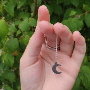 Eget design - 2 STK. øre kæde i sølv, og halvmåne vedhæng i stål 🌙   Kan også købes via Instagram (@sodi_smykker) med fragt til 10 kr