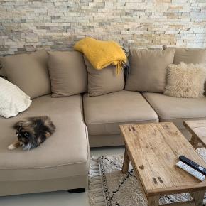 Ilva kingston sofa med chaiselong. 3 år gammel. Betræk kan tages af og vaskes. Den fejler ingenting. Nypris 18000kr. Bredde ved chaiselong 161. Længden 271. Højde 37. Den kan deles i to. Den står på 2 sal. 3500kr
