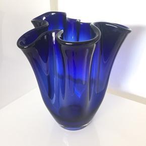 Flot safir blå retro tulipanvase eller foldevase som den også kaldes, i glas, a la Royal Copenhagen. Højde 20 cm 💐💐 Sælges for 200 kr.