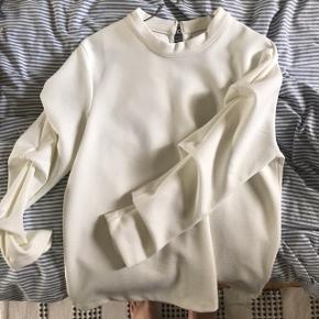 Sælger denne fine hvide bluse fra selected femme, da jeg ikke bruger den længere... Kun brugt et par gange. Fejler ingenting, fremstår som ny.
