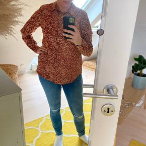 Ny skjorte fra h&m med rødligt dyreprint / leopardprint. Har haft den på en gang.
