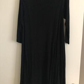 Er brugt som kort kjole, men kan ligeledes benyttes som tunika. Der er lommer foran.
