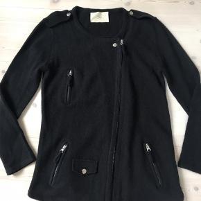Strik jakke/cardigan m fine detaljer fra Sign. 20% Angora/70% uld/10% nylon  Fine detaljer / fin stand Bytter ikke