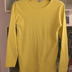 Varetype: Sweatshirt Størrelse: S/M Farve: Gul Oprindelig købspris: 599 kr. Kvittering haves.  Flot og skøn gul bluse. Vasket to gange . Selvfølgelig rabat ved køb af flere ting. 100% bomuld.  Kraftigere end t-shirt nærmere hen af swestshirt stof