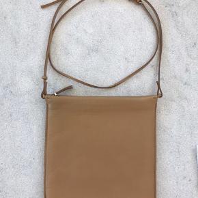Smukkeste taske fra The Row Blødeste napa læder Ingen brugsspor indeni. En smule udenpå der ikke kan undgås.  Lynlås der lyner godt Justerbar læderrem Nypris 8000kr.  Kom med er bud. Sælges nogenlunde billigt da jeg ikke får den brugt :)