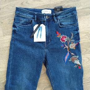 Helt nye jeans fra mango!  Skinny high rise med blomsterbroderier. Nypris: ca. 350 Str. 38  Kom med et bud :) Kan sendes eller hentes i Nærum.