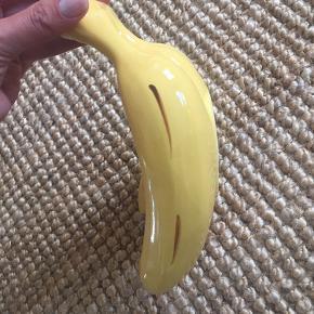 Populær og (mig bekendt) udsolgt bananfad/skål. Husker ikke nypris - men sælges ikke for anden pris.