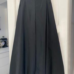 Vintage taft satinduchesse lang nederdel. Købt 2001 i Ann Wibergs butik. Skræddersyet.  Har været brugt en gang til bryllup.  Ikke renset.  Liv 2x38 Længde 106