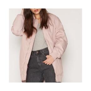 Super dejlig oversize bomber jacket.Den er ikke super tyk, men er helt perfekt til efterår/forår. Jeg er 1.60, og den går mig til lige over knæene. Str 38. BYD!