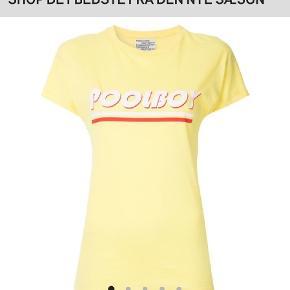 Fed T-shirt med poolboy print. Nypris 349kr. Brugt 2 gange