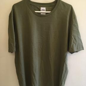 Armygrøn/mørk kaki farvet T-shirt fra Zara, størrelse XXL. Aldrig brugt. Kan stadig købes, nypris 49,- Byd gerne