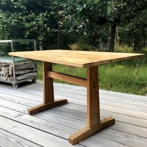 Lille shakerbord med fine snedker detaljer i fyrretræ. Nok mest et sofabord med mindre man hæver det. (58cm)