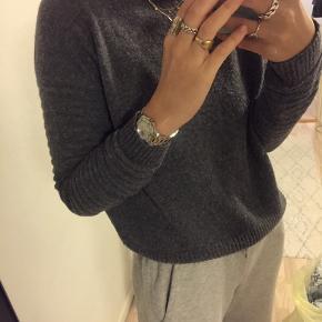 Lækker sweater fra Mango med fede detaljer ved ærmerne. Sælges da den ikke bliver brugt mere. Standen er rigtig fin men har en smule fnuller på sig.   Byd gerne:)   #30dayssellout